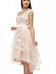 Светлое короткое платье с фатиновой асимметричной юбкой с цветами