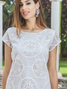 Приталенное летнее платье миди с коротким рукавом и перфорацией