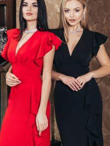 Красное короткое силуэтное платье с небольшим разрезом и воланами