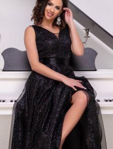 Длинное мерцающее атласное черное платье с V-образным декольте и расклешонной юбкой