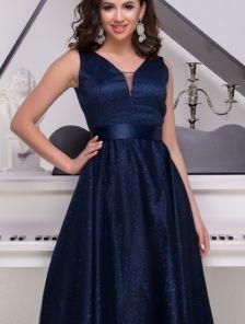 Длинное мерцающее атласное синее платье с V-образным декольте и расклешонной юбкой