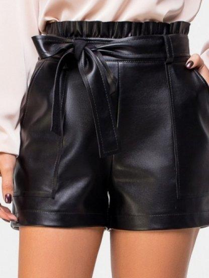 Черные шорты из экокожи с карманами и рюшей на поясе, фото 1