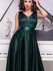 Длинное мерцающее атласное зеленое платье с V-образным декольте и расклешонной юбкой