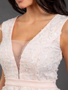 Вечернее светлое длинное платье с глубоким декольте и вышивкой