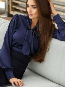 Шелковая офисная блуза синего цвета с бантом
