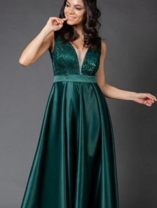 Зеленое длинное платье с прозрачной спинкой