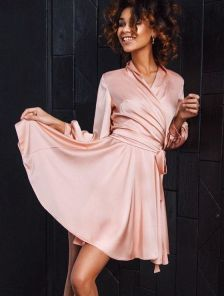 Короткое шелковое светлое мини платье с запахом