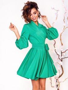 Зеленое короткое платье до колена с запахом