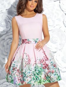 Розовое короткое платье с пышной юбкой и цветочным принтом