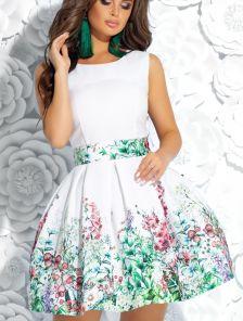 Коктейльное короткое платье молочного цвета с пышной юбкой и цветочным принтом