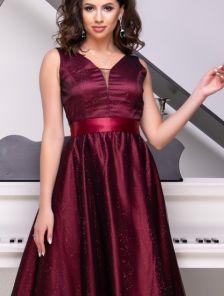 Длинное мерцающее атласное платье цвета марсал с V-образным декольте и расклешонной юбкой