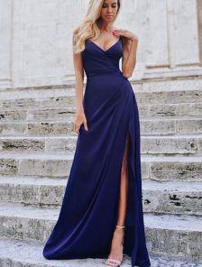 Длинное синее вечернее платье на бретелях с разрезом
