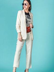 Льняной костюм с прямыми штанами и удлинённым пиджаком с карманами
