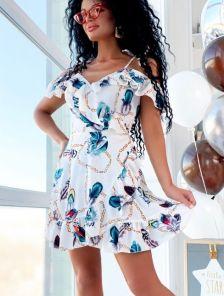 Короткое летнее платье с открытыми плечами с запахом