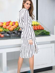 Платье с поясом в черно-белую полоску длинным рукавом и V-образным вырезом