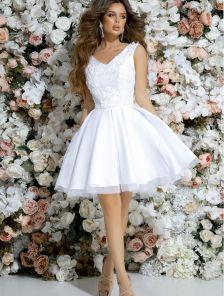 Неотразимое коктейльное платье белого цвета с глубоким вырезом без рукавов