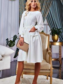 Белое коктейльное платье с пышными рукавами на манжетах