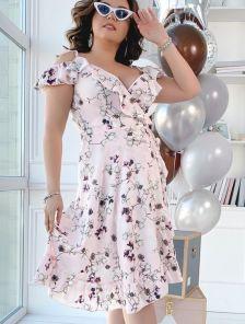 Летнее короткое платье для полных женщин в цветах на запах с воланами