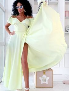 Длинное летнее светлое шелковое платье на запах с воланами