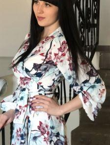 Красивое весеннее белое платье миди с цветами на длинный рукав