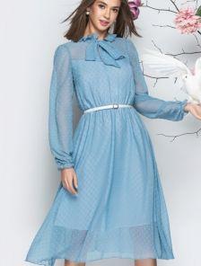 Голубое летнее платье с длинным рукавом и фактурным горохом