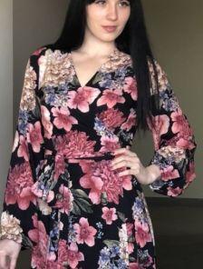 Красивое весеннее черное платье миди с цветами на длинный рукав
