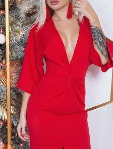 Красное платье длины миди с глубоким V-образным декольте