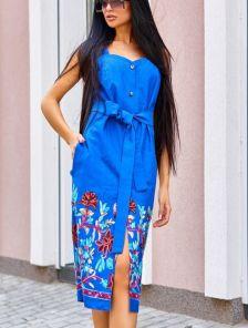 Синее платье футляр из льна длины миди с вышивкой и карманами