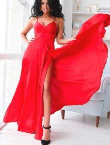 Нарядное красное платье из шелка в пол с разрезом и открытым декольте
