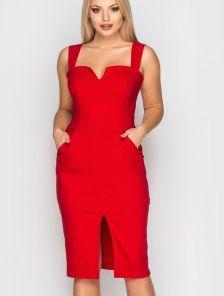 Нарядное красное платье-футляр с разрезом на груди