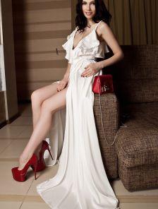Вечернее белое длинное платье с воланами и с запахом