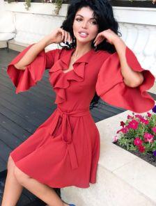 Короткое платье с воланами на рукавах