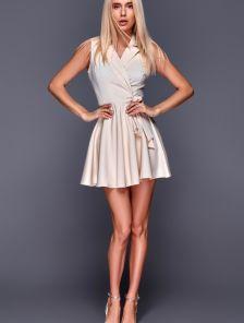 Короткое светлое мини платье с пышной юбкой на запах