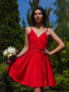 Красное короткое шелковое коктейльное платье на бретелях