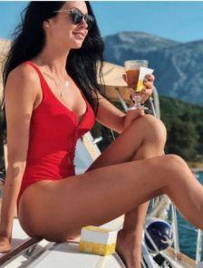 Красный спортивный купальник для бассейна