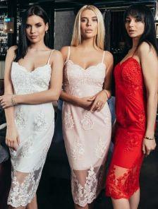 Нарядное кружевное короткое розовое платье на бретелях