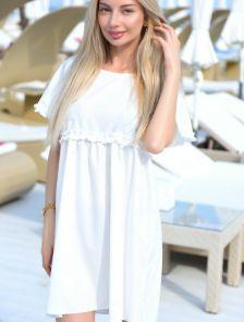 Короткое белое свободное платье на короткий рукав