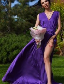 Вечернее сиреневое шелковое платье в пол с разрезом