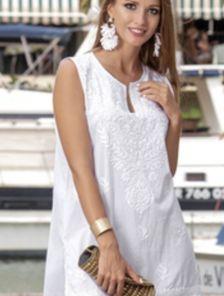 Хлопковое белое короткое платье туника с орнаментом и V-образным вырезом