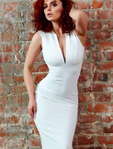 Белое нарядное платье-футляр на лето
