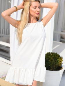 Платье свободного кроя белого цвета с оборкой под пояс