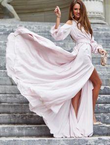 Вечернее пудровое нарядное длинное платье с вырезами на плечах