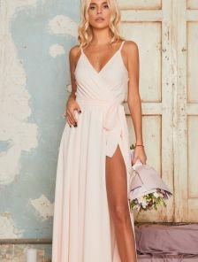 Вечернее длинное светлое платье с запахом и открытыми плечами