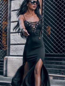 Эффектное платье на тонких бретелях с шнуровкой на груди черного цвета