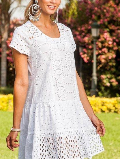 Белое приталенное летнее платье с перфорацией и коротким рукавом, фото 1