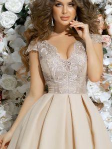 Короткое бежевое пышное коктейльное платье