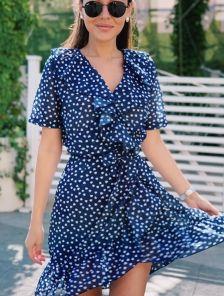 Летнее кроткое платье на запах с волнами под пояс в горошек