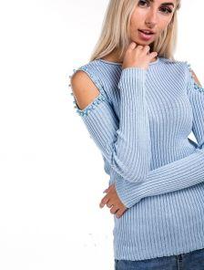 Голубой нежный свитер с выризаными плечиками и бусинками на них