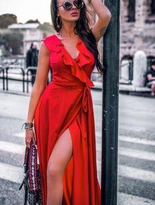Длинное платье на запах красного цвета