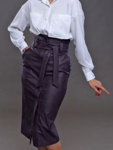 Кожаная черная юбка длины миди с карманами и поясом
